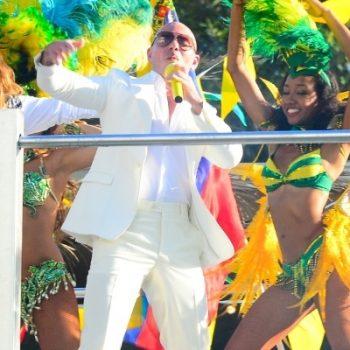 """Pitbull divulga o clipe de """"We Are One (Ole Ola)"""" com J.Lo e Claudia Leitte"""