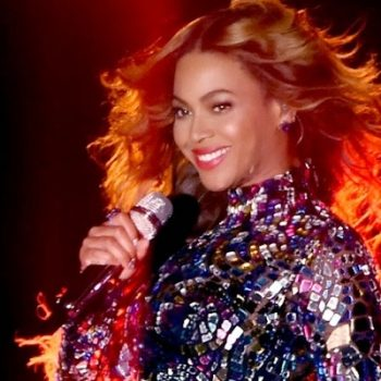 Beyoncé libera vídeo para comemorar lançamento de visual álbum