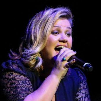 """Kelly Clarkson faz cover de """"Shake It Off"""", de Taylor Swift"""