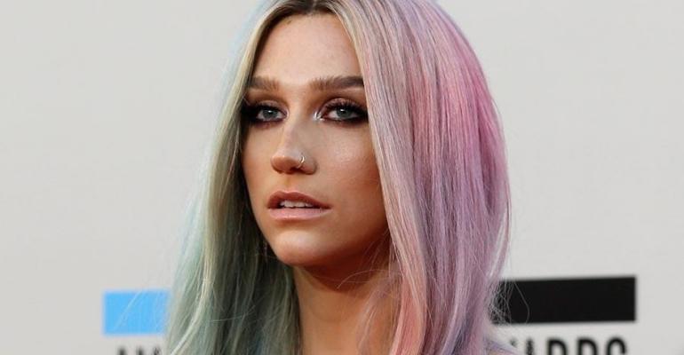 "Kesha lança videoclipe da regravação ""I Need a Woman To Love""!"