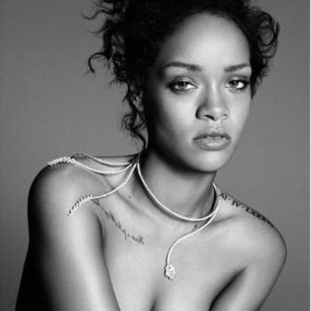 Rihanna estampa a capa da revista Elle americana
