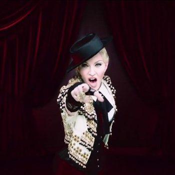 "Madonna libera o videoclipe de ""Living For Love"""