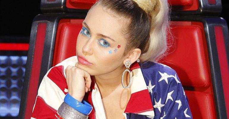 """Miley Cyrus canta """"Wrecking Ball"""" com finalista no The Voice!"""