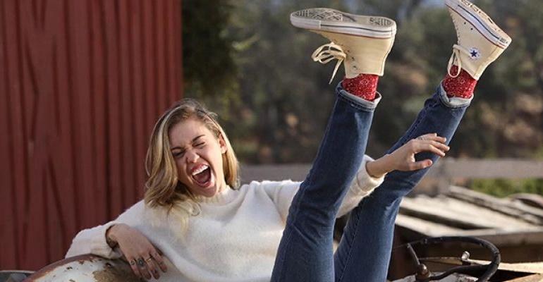 Miley Cyrus estrela nova campanha de Converse e nós separamos alguns looks com o tênis!