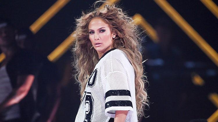 """JLo apresentou uma música nova no show pré Super Bowl. Confira """"Us""""!"""
