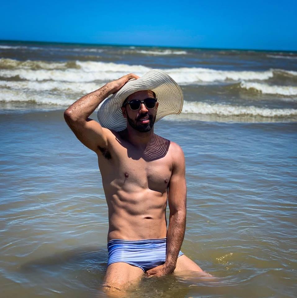 O uso de chapéus por homens ganhou as praias no verão