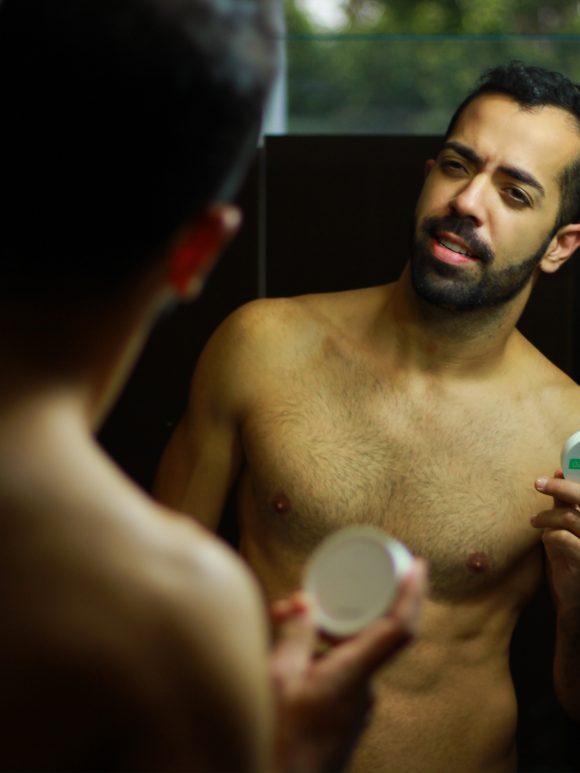 Homens de 30: testei o protetor solar tradicional, com cor ou no pó compacto?